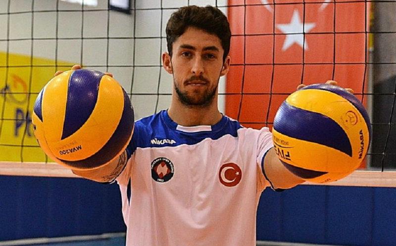 jogador de vôlei paranaense Lucas Lóh